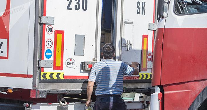 Водитель фуры стоит в очереди на границе. Архивное фото