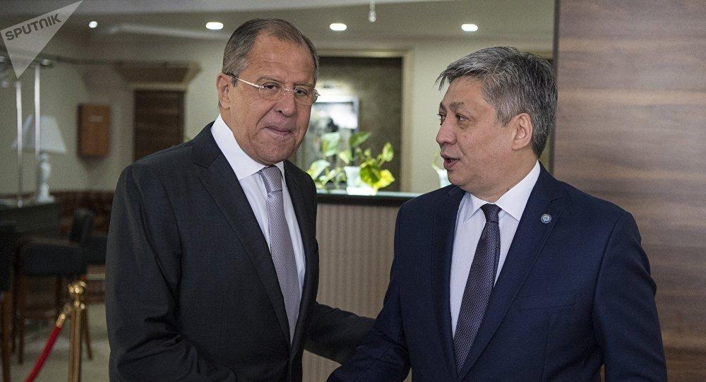 Архивное фото министра иностранных дел РФ Сергея Лаврова (слева) и министра иностранных дел Кыргызстана Эрлана Абдылдаева