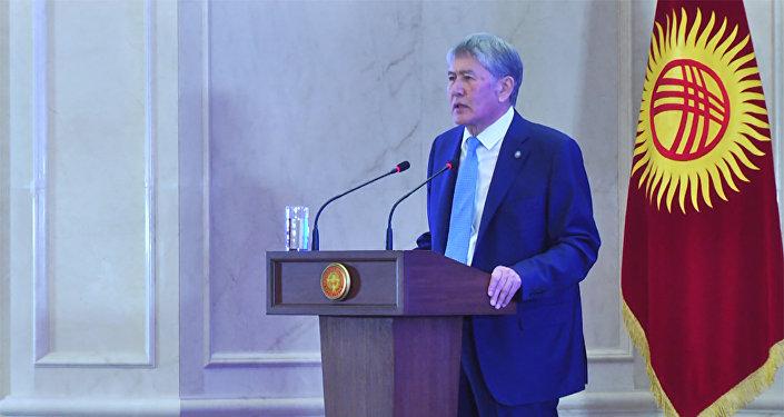 Атамбаев Назарбаев тууралуу сүйлөп жатып эмоцияга алдырганын билдирди. Видео