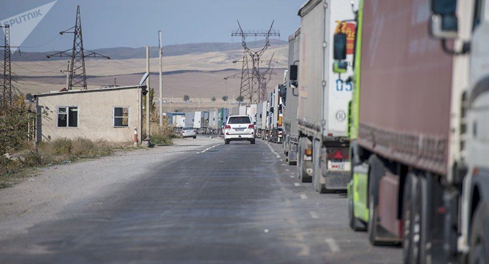 Пробка из фур на границе между Кыргызстаном и Казахстаном. Архивное фото
