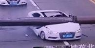 Китаец чудом выжил после того, как на его машину упал башенный кран, — видео