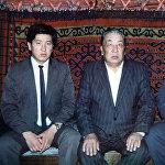 Экс-президент Сооронбай Жээнбеков и его старший брат Искендер со своим отцом. Шарип Жээнбеков был председателем колхоза и работал главой райпотребсоюза.