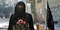 Член джихадистов группы Фронт ан-Нусра стоит на одной из улиц северной сирийском городе Алеппо