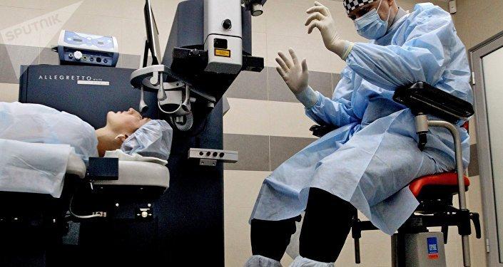Көзгө операция жасап жаткан хирургдун архивдик сүрөтү