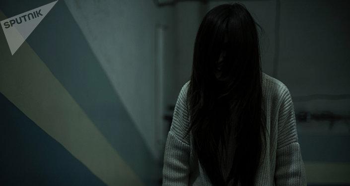 Девушка с распущенными волосами на лестнице. Архивное фото