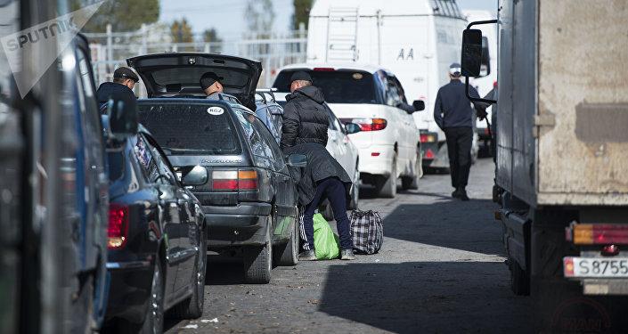 Люди во время очереди у контрольно-пропускного пункта Ак-Тилек на кыргызско-казахской границе