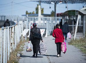 Люди на контрольно-пропускном пункте Ак-Тилек на кыргызско-казахской границе. Архивное фото