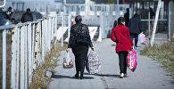 Женщины переходят контрольно-пропускной пункт на кыргызско-казахской границе. Архивное фото