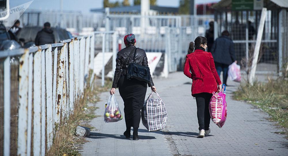 Женщины переходят контрольно-пропускного пункт Ак-Тилек на кыргызско-казахской границе. Архивное фото
