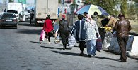 Женщины переходят контрольно-пропускного пункта Ак-Тилек на кыргызско-казахской границе. Архинвое фото