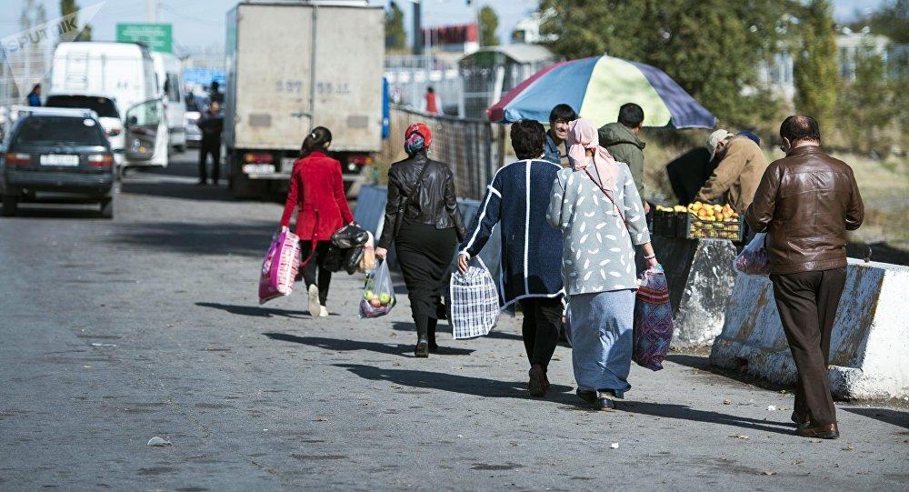 Кыргызстан менен Казакстан чек арасынан өтүп бараткандар. Архивдик сүрөт