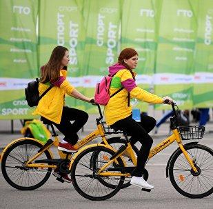 Участники XIX Всемирного фестиваля молодежи и студентов в Сочи.
