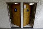 Двери в общественный туалет. Архивное фото