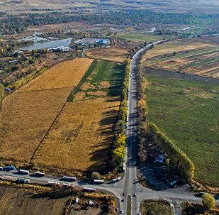Затор из большегрузных фур на контрольно-пропускном пункте Ак-Тилек на границе Кыргызстана с Казахстаном. Вид с высоты. Архивное фото