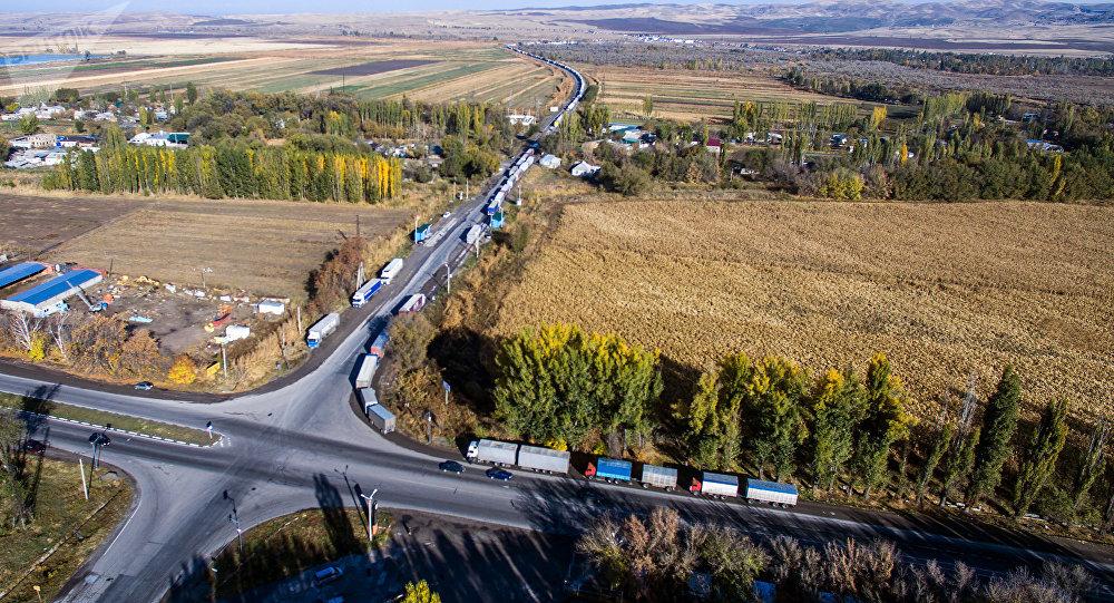 Затор из большегрузных фур на контрольно-пропускном пункте Ак-Тилек на границе Кыргызстана с Казахстаном. Архивное фото