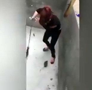 Крыса довела девушку с метлой до истерики — видео сражения из Вьетнама