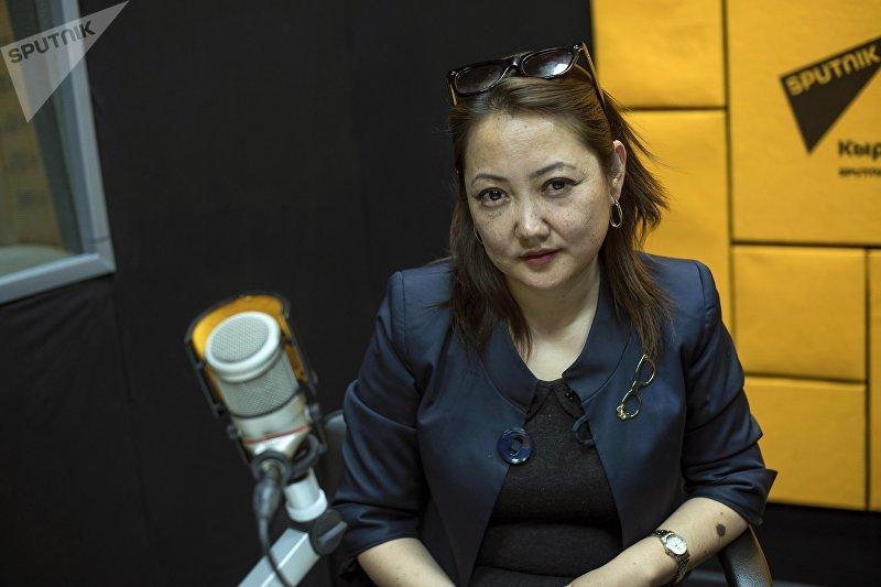 Заведующая отделом по делам кайрылманов и беженцев Государственной службы миграции Жыпара Мамбетова во время интервью на радио Sputnik Кыргызстан