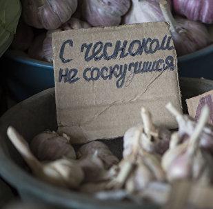 Креативный реализатор Жанболот Асанкожоев на Ошском рынке Бишкека
