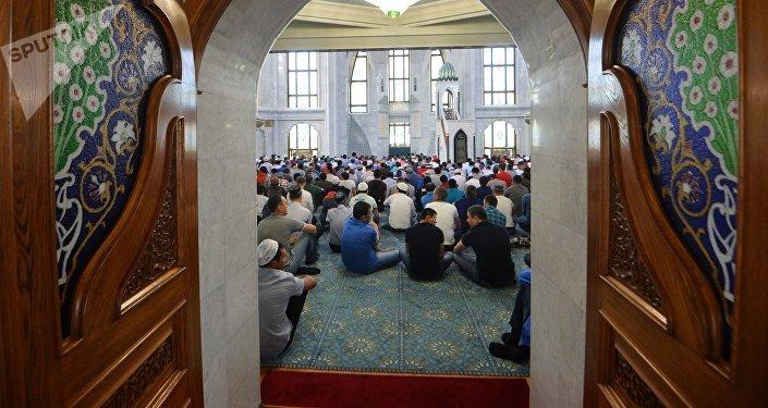 Мусульмане перед намазом в мечети. Архивное фото