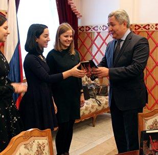 Посол Кыргызстана в России Болот Отунбаев подарил памятные подарки от имени премьер-министра Сапара Исакова ряду иностранных студентов Института стран Азии и Африки (ИСАА) МГУ