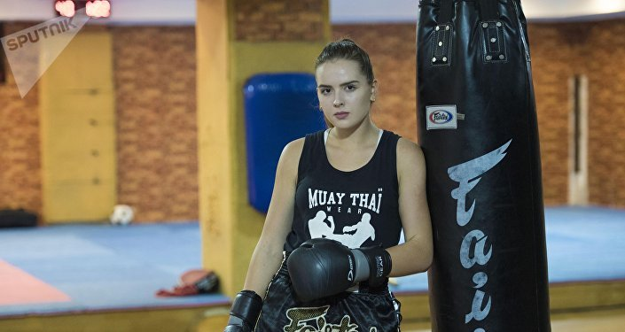 Чемпионка КР по карате-кудо и победительница национального турнира по кикбоксингу Алина Камалова во время тренировок