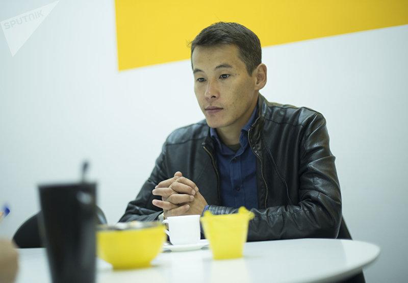 27-летний преприниматель Жылдысбек Алмасбеков, которые зарабатывает на продаже перепелиных яиц во время интервью