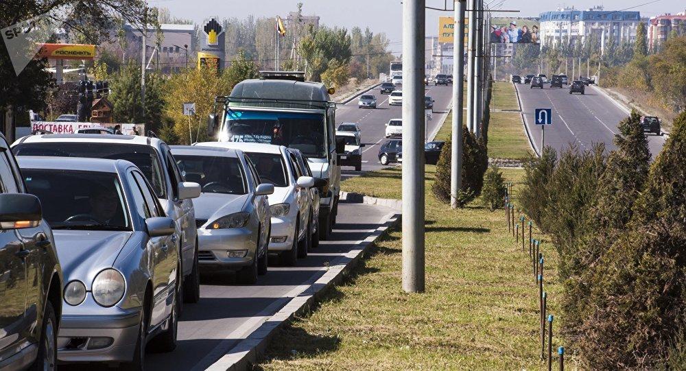 Автомобили на проспекте Аалы Токомбаева в Бишкеке. Архивное фото