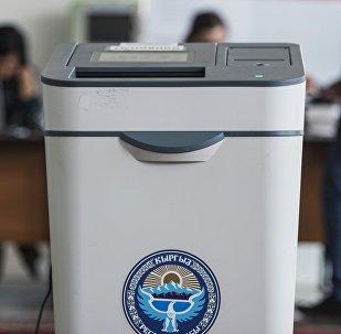 Автоматизированная урна на избирательном участке в Бишкеке. Архивное фото