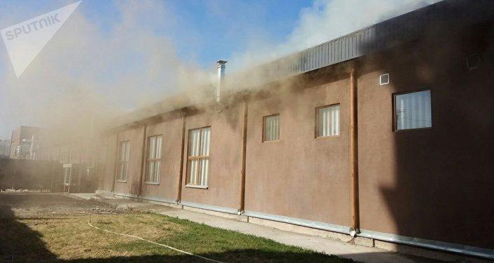 Сразу семь кафе сгорели из-за крупного пожара встолице Киргизии