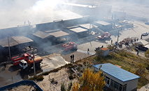 Сотрудники МЧС на месте пожара в районе парка Асанбай в Бишкеке