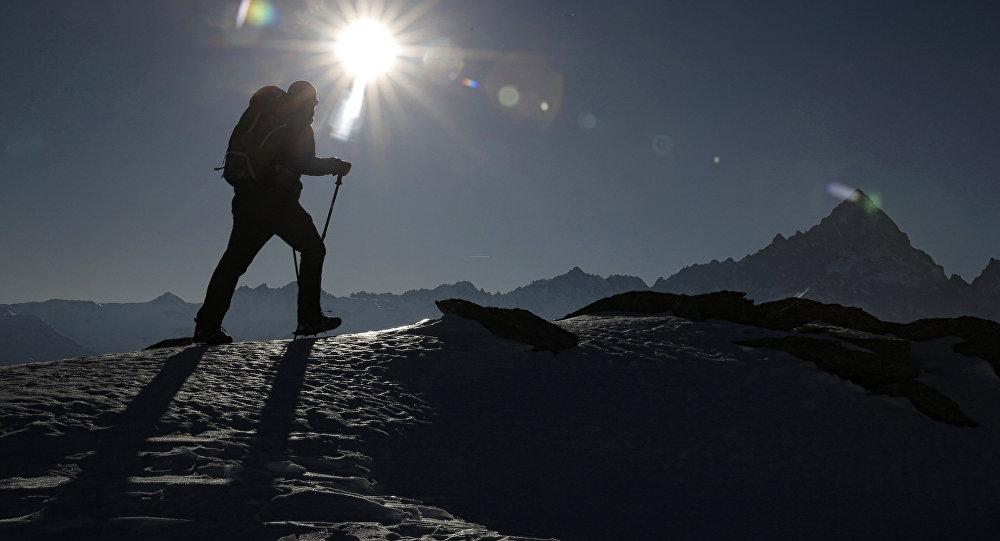 Альпинист поднимается на вершину горы. Архивное фото
