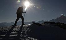 Альпинист поднимается на гору. Архивное фото