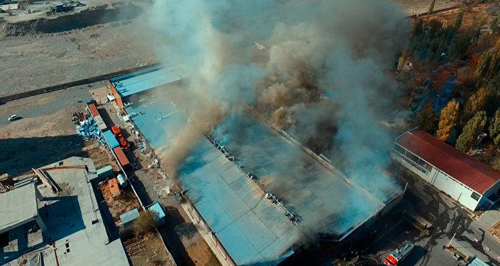 Пожар в нескольких кафе на юге Бишкека — видео с дрона