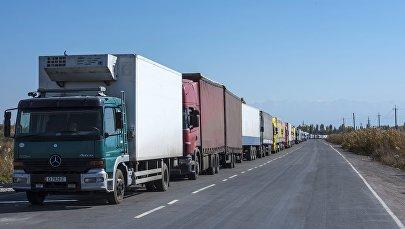 Пробка из фур на границе между Кыргызстаном и Казахстаном на КПП Ак-Тилек.