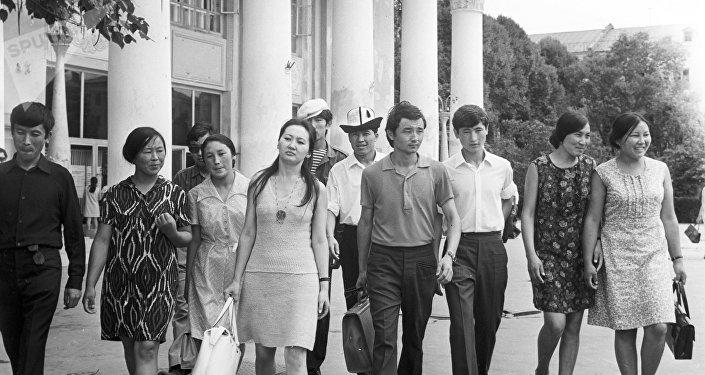 Кыргыз мамелкеттик университетинин (азыркы Жусуп Баласагын атындагы Кыргыз улуттук университети) студенттери, 1973-жыл.