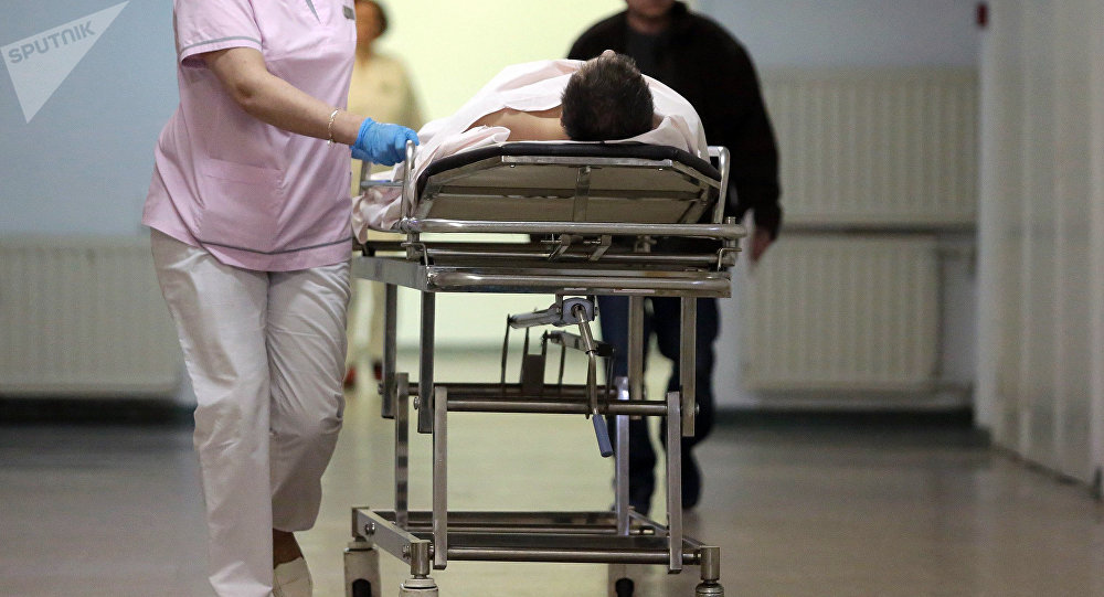 Сотрудница транспортируют пациента в скорой помощи. Архивное фото
