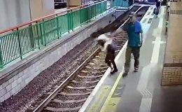Мужчина столкнул девушку на рельсы и спокойно ушел — видео из Гонконга
