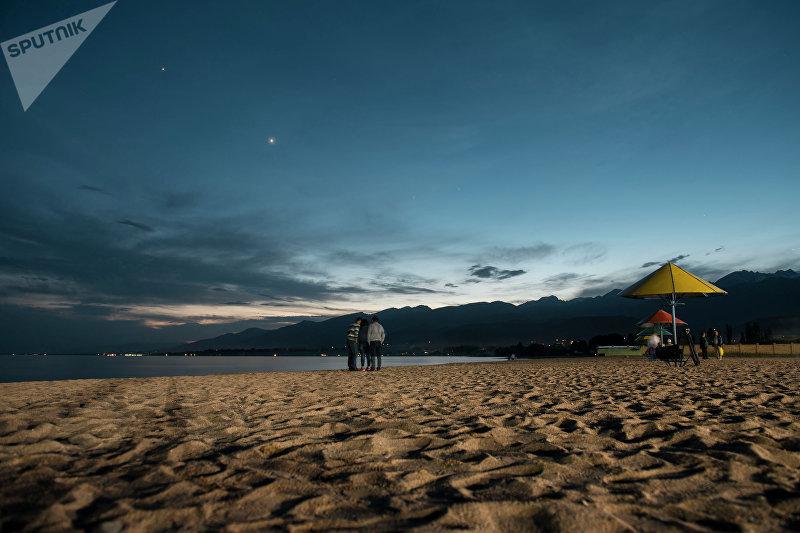 Пляж санатории Кыргызское взморье на берегу Иссык-Куля ночью