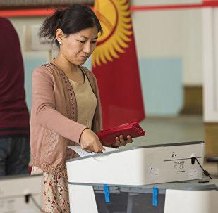 Девушка голосует на избирательном участке №1060 Бишкека. Архивное фото