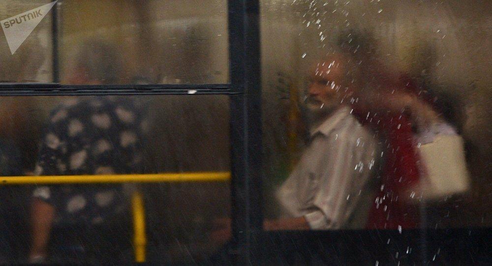 Пассажиры в автобусе во время дождя. Архивное фото
