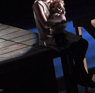 Девочка с куклой. Архивное фото