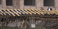 Сотрудники компании на месте обрушения части строящегося здания компании Авангард-Стиль в Бишкеке. Архивное фото