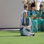 Эл ырчысы Эстебес тобунун солисти Мээрим Карыпова театрлаштырылган оюн-зоок учурунда