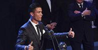 Нападающий Реал Мадрина Криштиану Роналду на церемонии награждения лучшим футболистам мира 2017 года по версии Международной федерации футбола (FIFA). 23 октября 2017 года в Лондоне