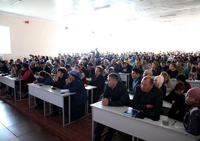 Мэр города Ош Айтмамат Кадырбаев провел встречу с жителями ТС №8 Ак-Буура и №11 Жибек-Жолу