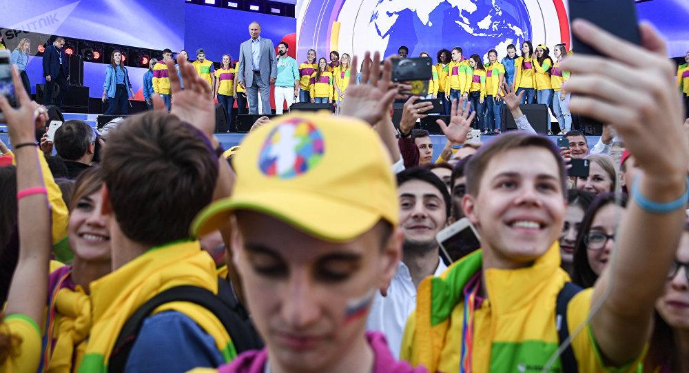 Президент РФ Владимир Путин на шоу Россия в рамках XIX Всемирного фестиваля молодежи и студентов.