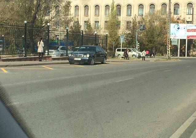 Автомобиль Mercedes-Benz припарковался на остановке около пересечения улиц Ахунбаева и Жукеева-Пудовкина.