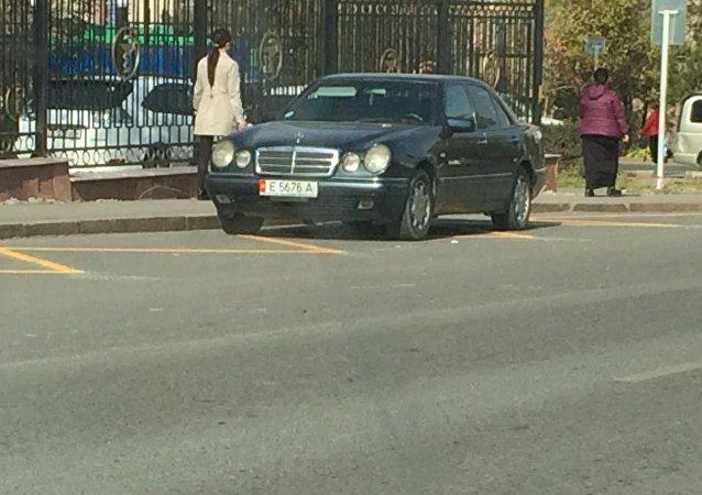 Автомобиль Mercedes-Benz припарковался на остановке около пересечения улиц Ахунбаева и Жукеева-Пудовкина