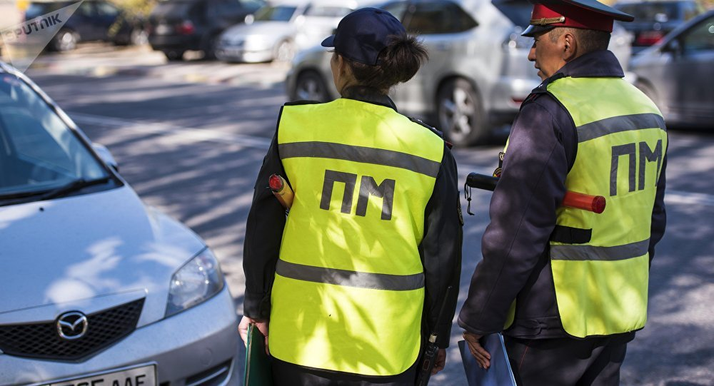 Сотрудники патрульной милиции во время патрулирования в Бишкеке. Архивное фото