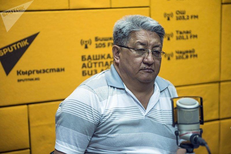 Политолог Алмазбек Акматалиев во время интервью на радио Sputnik Кыргызстан